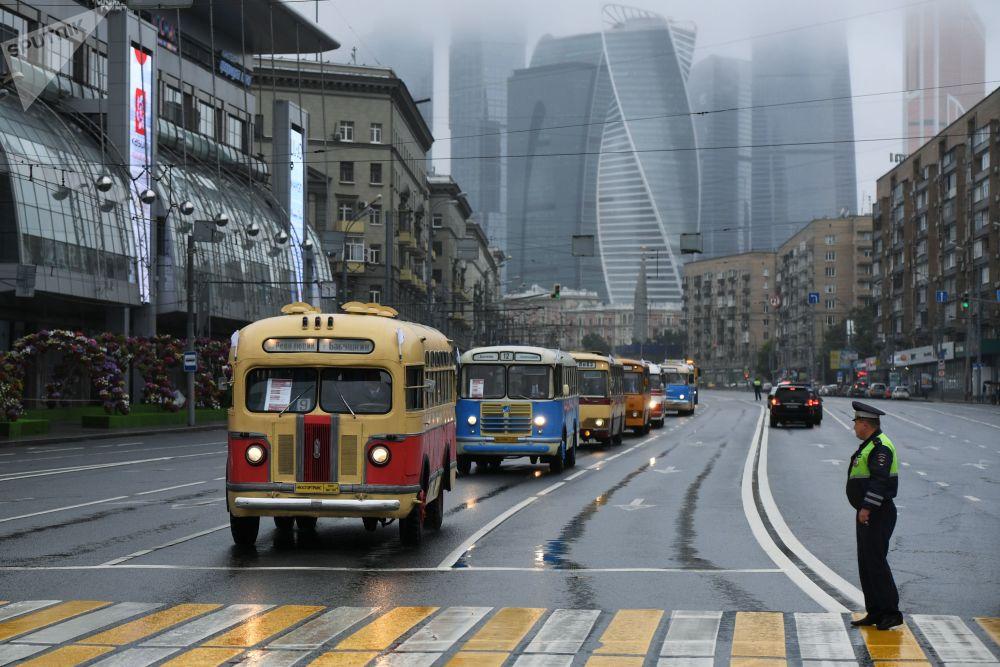Parada de antigos meios de transporte em Moscou, no primeiro plano está o ônibus ZiS-155