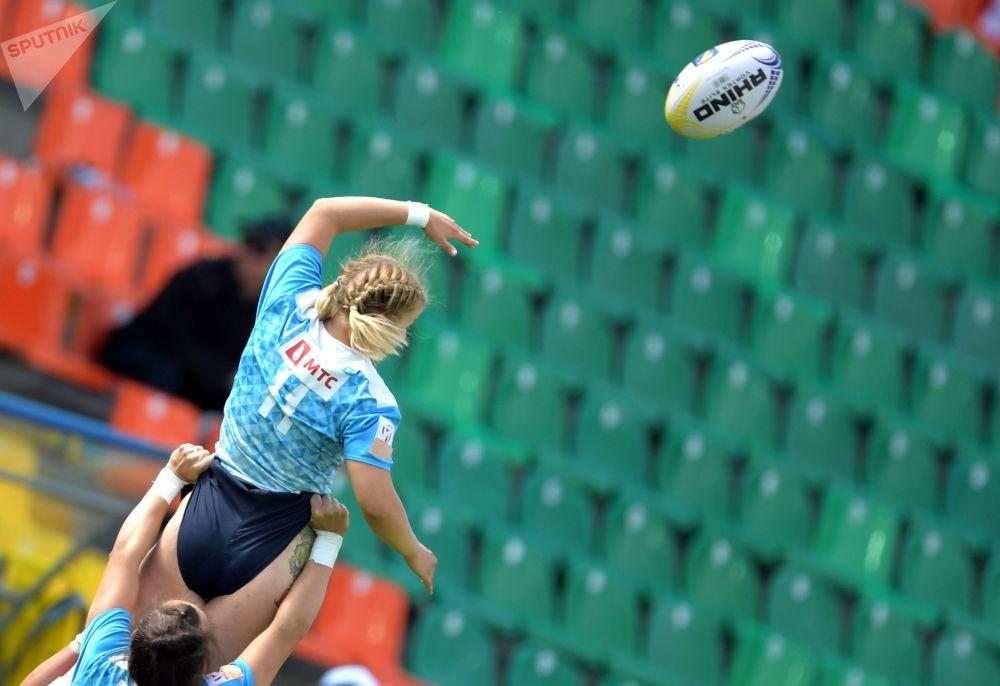 Atleta de rugby russa Arina Bystrova, no jogo com equipe da Irlanda, na etapa final do Grande  Prêmio europeu entre equipes femininas