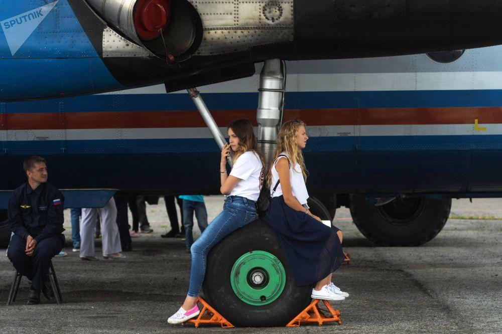 Meninas participam do 60º aniversário do aeroporto Tolmachevo em Novosibirsk, Rússia