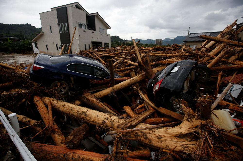 Destroços de carros depois do tufão que arrasou a cidade japonesa de Asakura