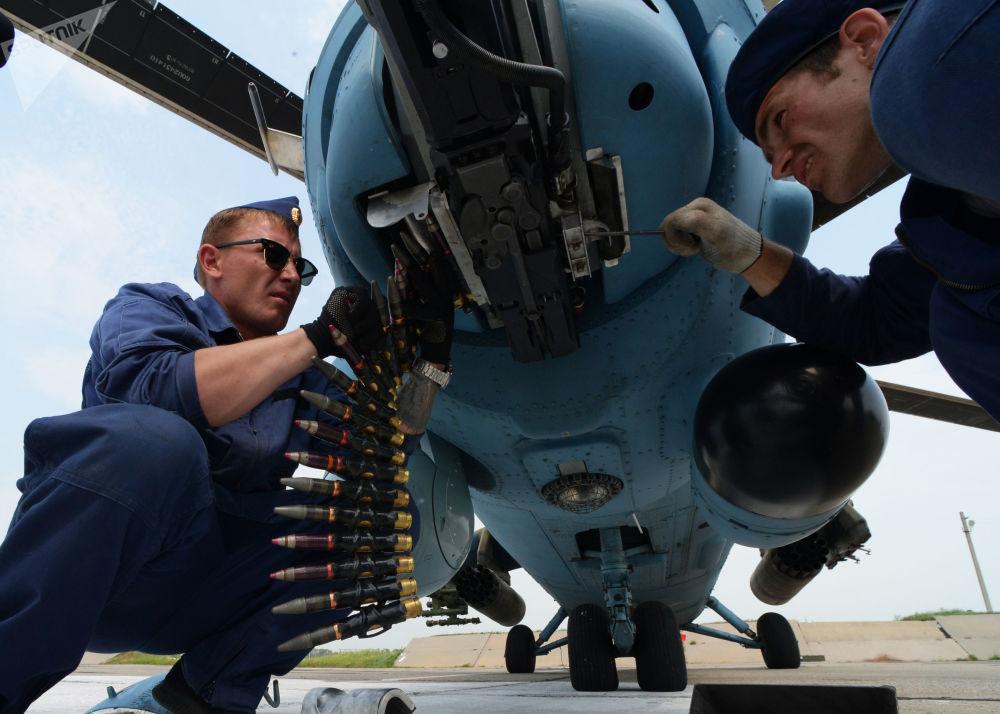 Técnicos em manutenção de aeronaves preparam helicóptero Mi-35 para voo no aeródromo Chernigovka, região de Primorie, Rússia