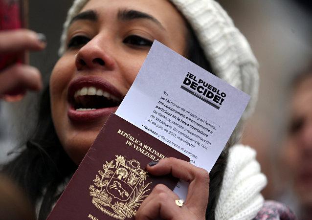 Mulher mostra seu passaporte após votar no plebiscito em Buenos Aires, Argentina