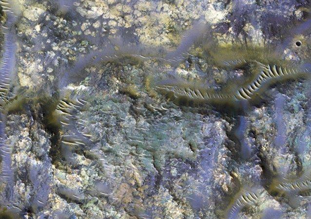 Imagem de uma cratera captada pela nave Orbitador de Reconhecimento de Marte, em uma região do planeta conhecida como Mare Serpentis