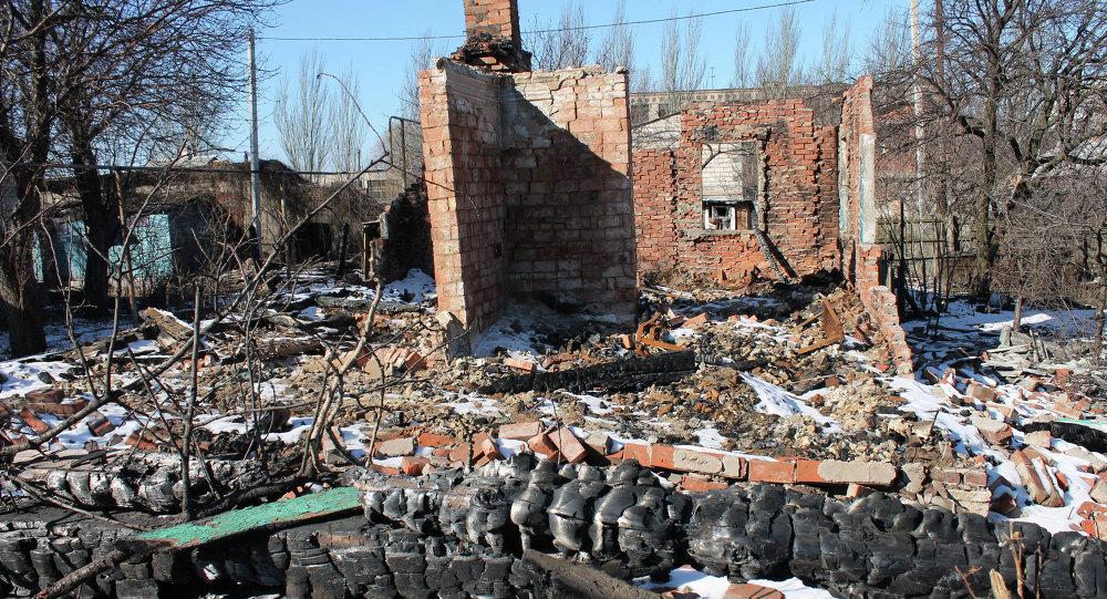 Casas destruídas após bombardeios em Gorlovka
