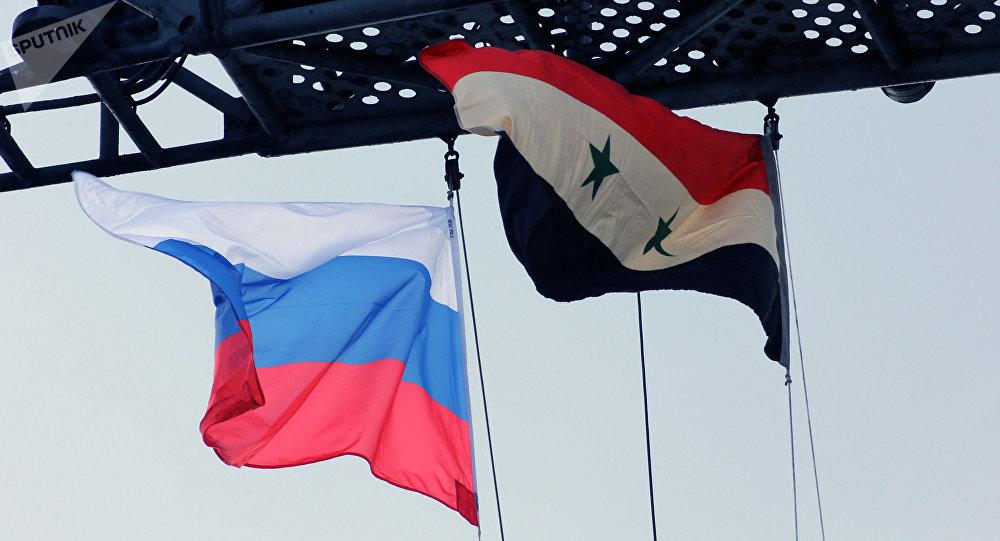 Bandeiras da Rússia e da Síria no convés do porta-aviões russo Admiral Kuznetsov no Mediterrâneo