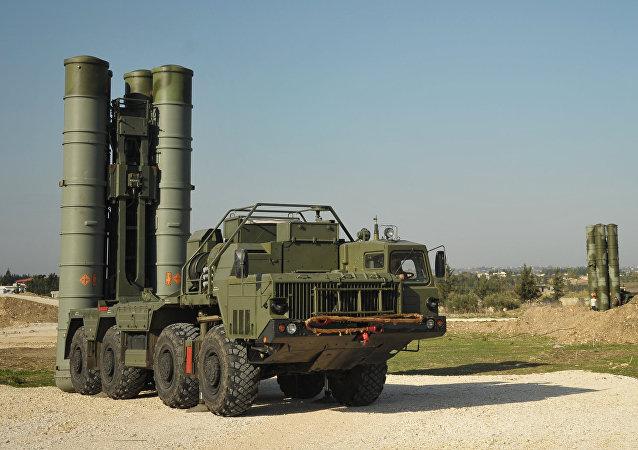 Sistemas de mísseis russos S-400 na base aérea de Hmeymim, na Síria