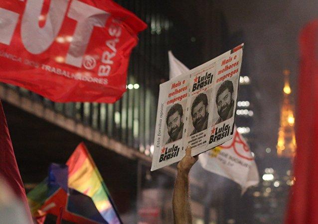 Manifestação na Avenida Paulista reuniu petistas e centrais sindicais