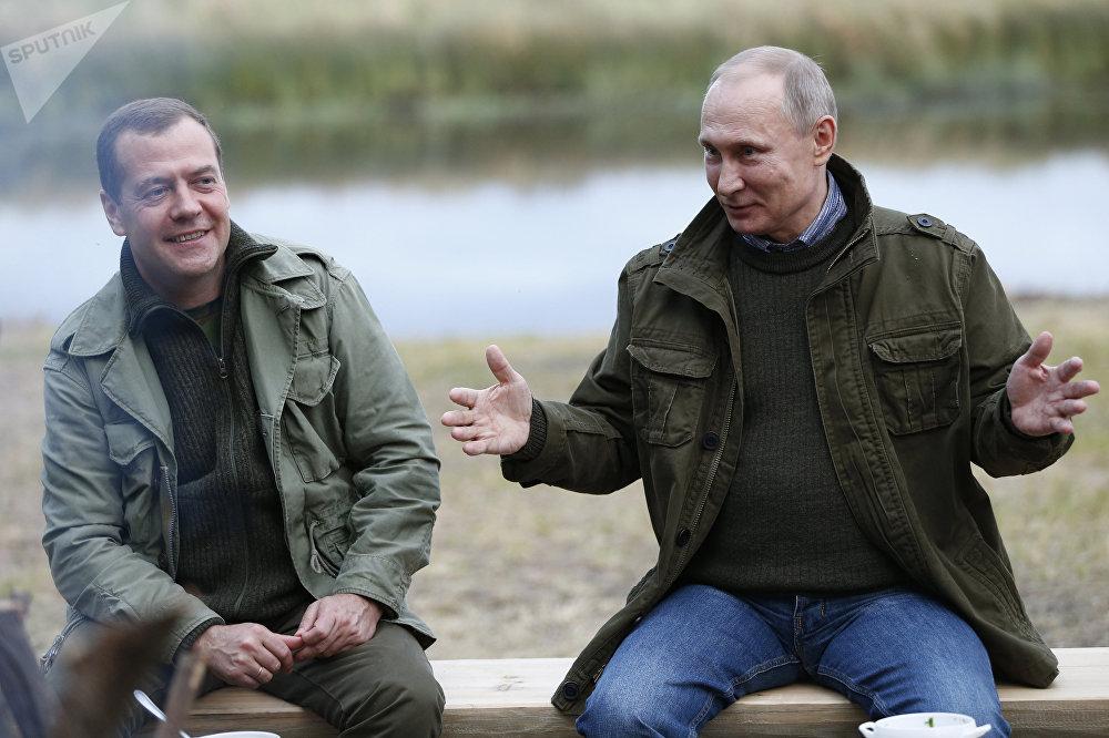 Presidente russo Vladimir Putin com o primeiro-ministro Dmitry Medvedev durante uma reunião na ilha de Lipno, Região de Novgorod, em 10 de setembro de 2016