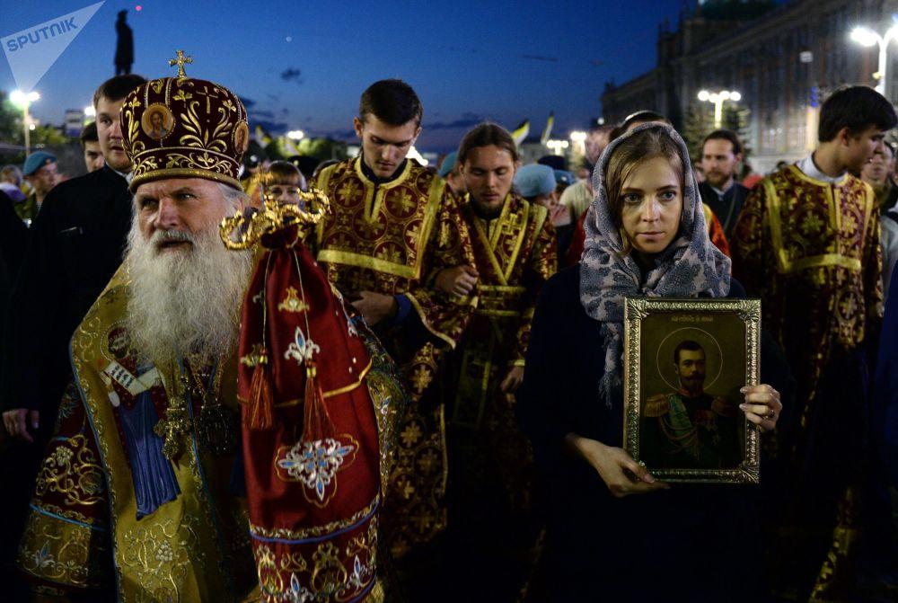 Natalia Poklonskaya participa da procissão religiosa em homenagem ao último imperador russo Nicolau II em Ekaterinburgo