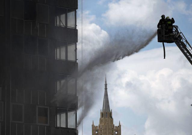 Bombeiros combatem o fogo em prédio no centro de Moscou