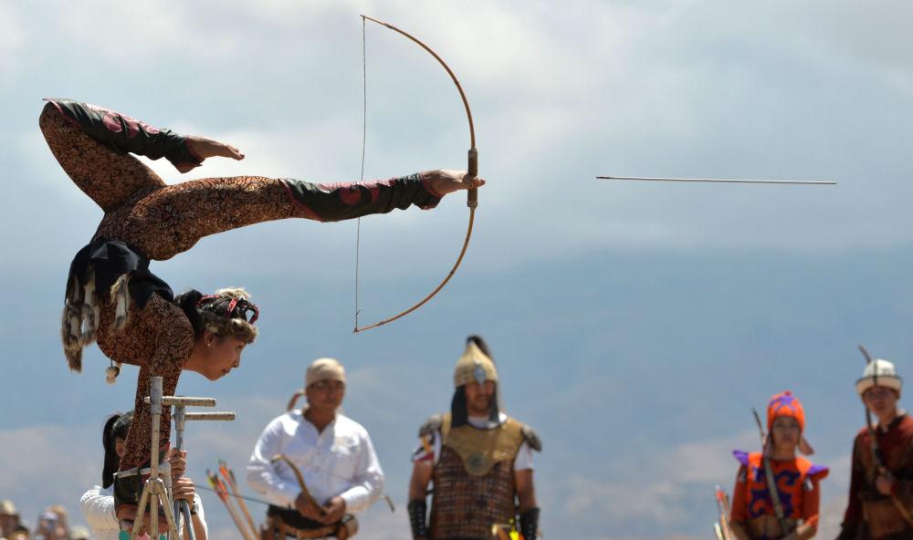 Atleta do Quirguistão atira com arco usando os pés
