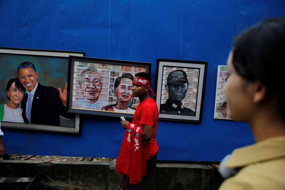 Homem vende cartazes em Yagon, Myanmar