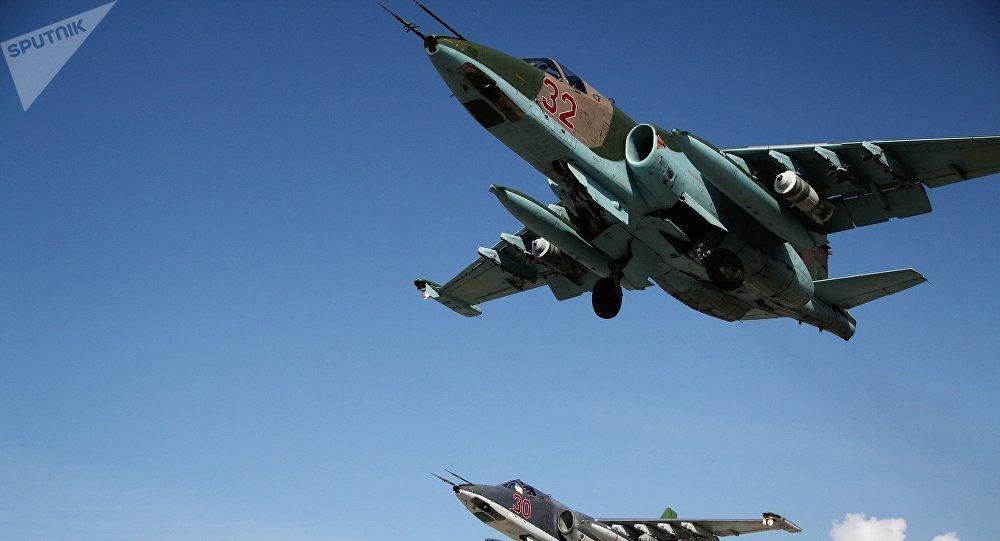 Caças russos Su-25 decolam da base aérea de Khmeimim na Síria.