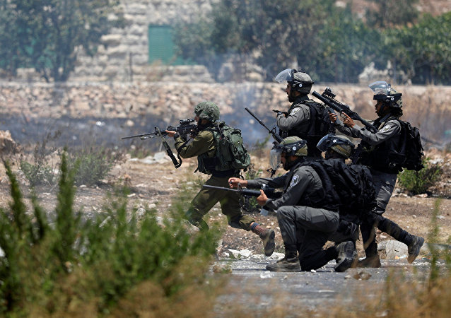 Confronto entre manifestantes palestinos e soldados israelenses na Cisjordânia (arquivo)