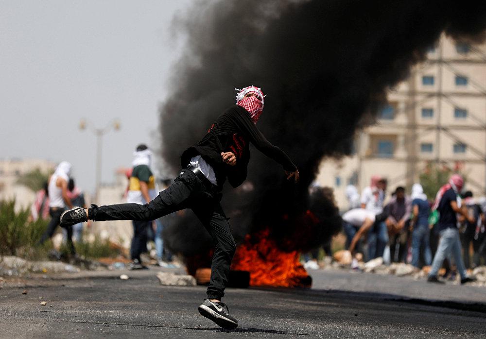 Manifestante arremessa pedra