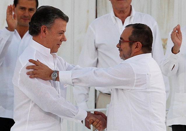 Presidente da Colômbia, Juan Manuel Santos, cumprimenta líder das FARC, Rodrigo Londoño, em setembro de 2016