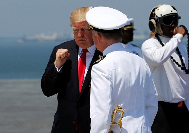O presidente dos Estados Unidos, Donald Trump, se despede do capitão da Marinha norte-americana Richard McCormack, após o comissionamento do porta-aviões USS Gerald R. Ford durante a cerimônia na Estação Naval de Norfolk, Virginia, EUA. 22 de julho de 2017