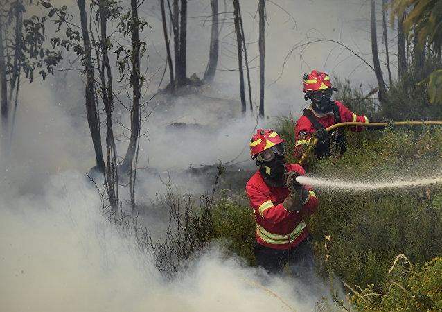 Bombeiros portugueses combatem o fogo no Vale da Ponte, em Pedrógão Grande, em 20 de junho de 2017