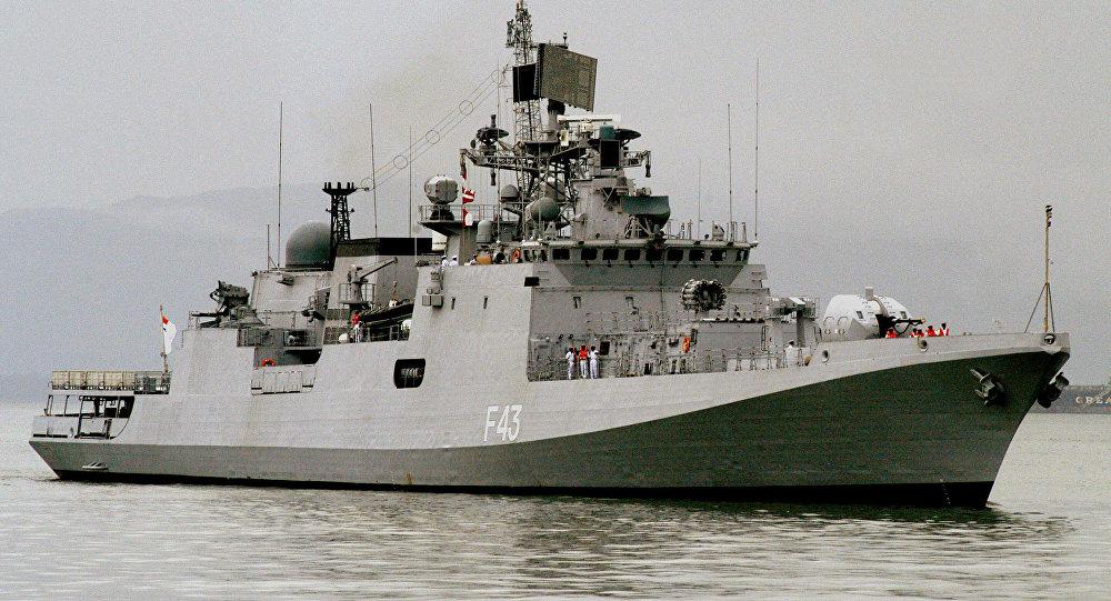 Navio militar indiano INS Trishul passa em Mumbai, Índia