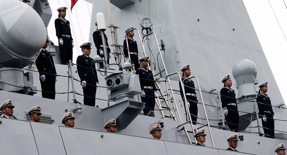 Tripulação da fragata chinesa Yuncheng participa de cerimônia em Baltiysk, durante os exercícios conjuntos com a Marinha da Rússia, Cooperação Marítima 2017