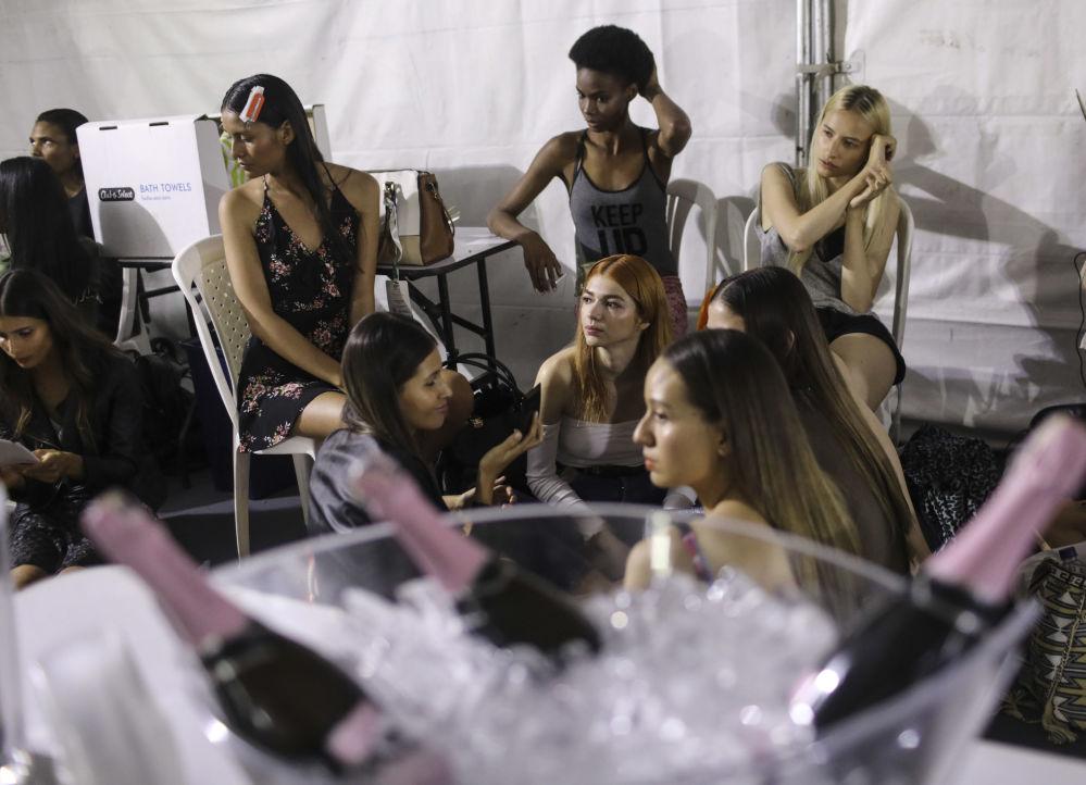 Modelos antes da apresentação da empresa colombiana Pepa Pombo, no âmbito da semana Colombiamoda 2017, em Medellín