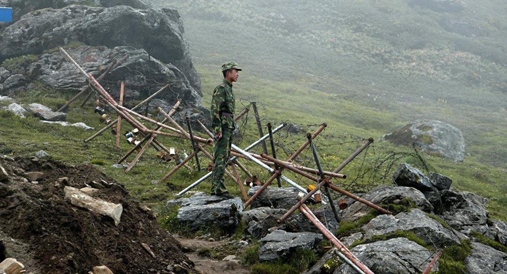 Um soldado chinês na fronteira com a Índia