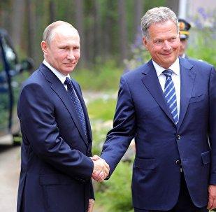 Vladimir Putin cumprimenta o presidente finlandês Sauli Niinisto durante visita do presidente russo à Finlândia.