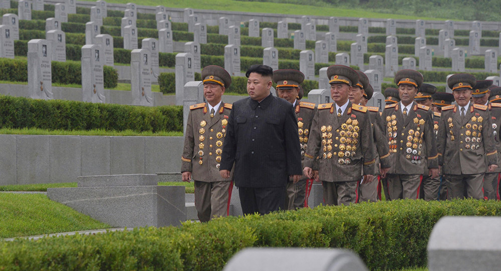 O líder da Coreia do Norte, Kim Jong-un, e altos militares participando das comemorações do fim da Guerra da Coreia