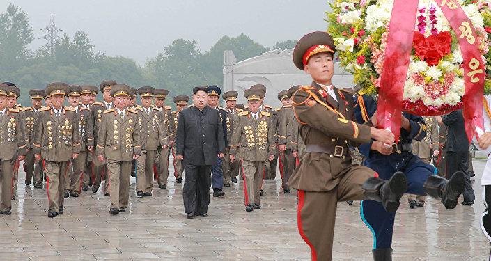 Kim Jong-un e altos funcionários militares coreanos colocam coroa de flores no túmulo dos combatentes da Guerra da Coreia