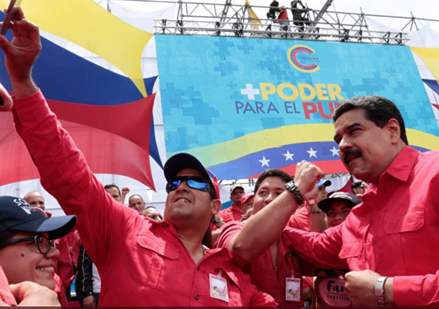 Presidente da Venezuela, Nicolás Maduro, tira fotografias com manifestantes durante o encerramento da campanha por uma nova constituinte em Caracas