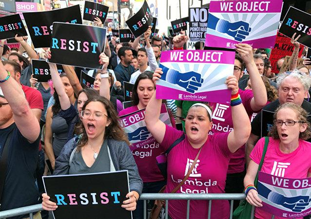 Multidões de pessoas protestam em Times Square, Nova York, contra o anúncio do presidente dos Estados Unidos, Trump, de que ele planeja restaurar a proibição de pessoas transexuais de servir às Forças Armadas dos EUA.