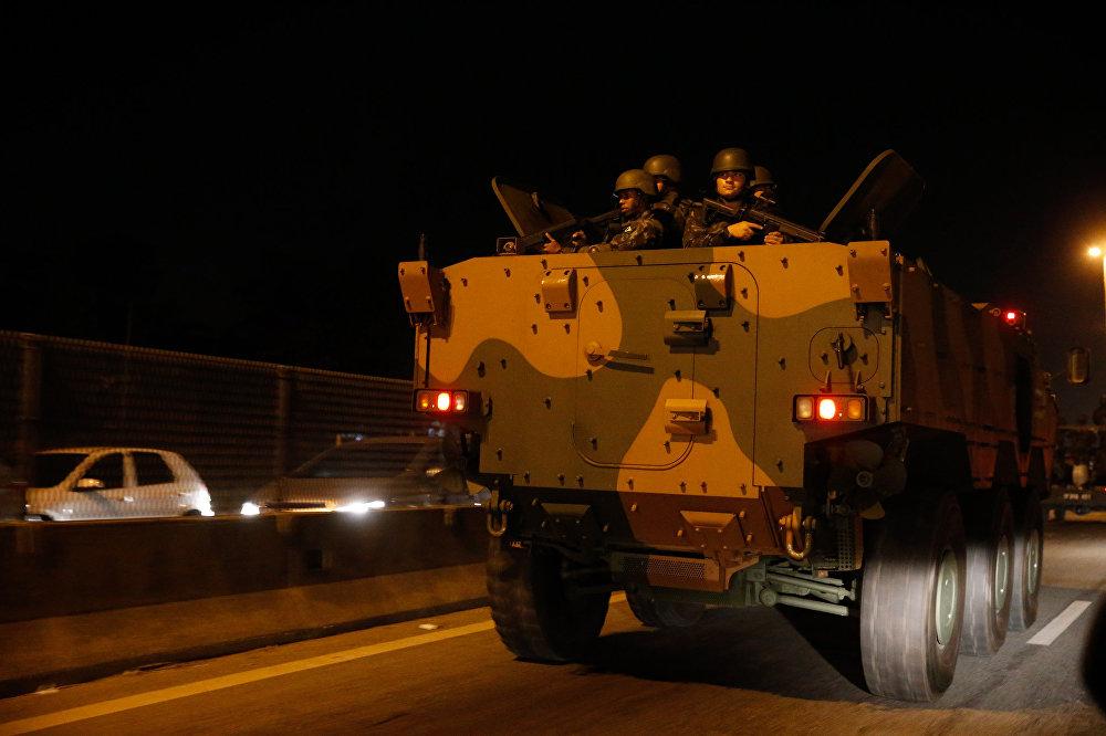 Militares circulam na Rodovia Washington Luiz após o início da operação de reforço das Forças Armadas na segurança do Rio de Janeiro
