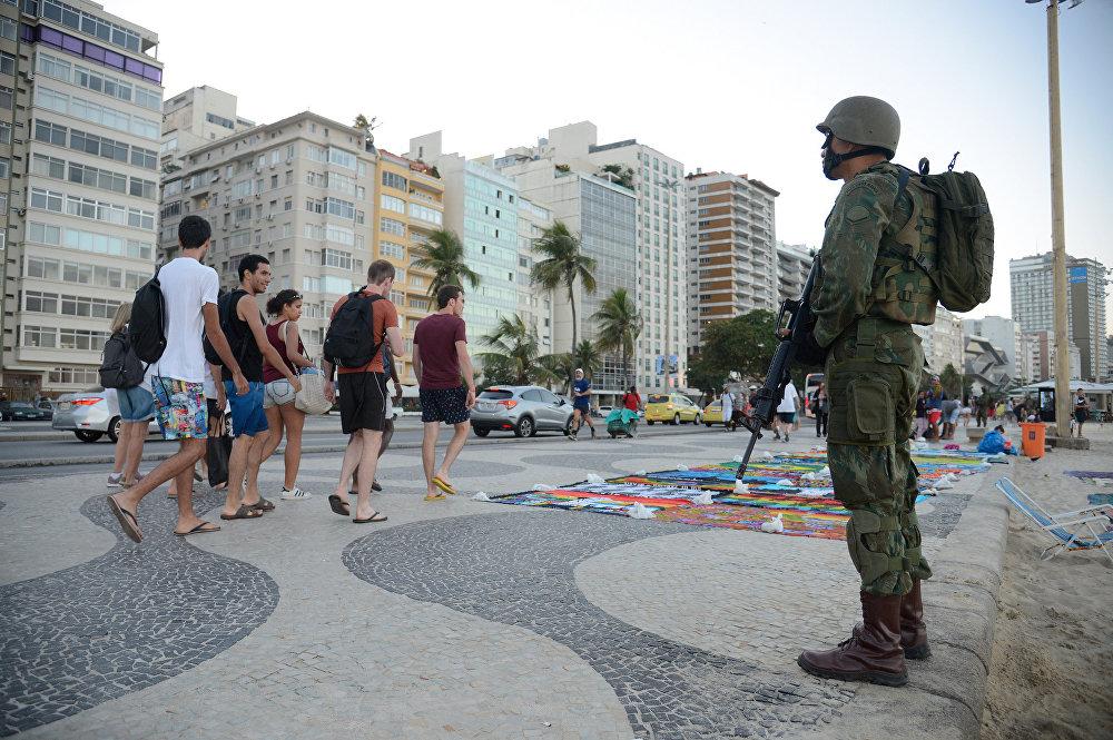 Militares se mistura à paisagem da praia de Copacabana com operação das Forças Armadas no Rio