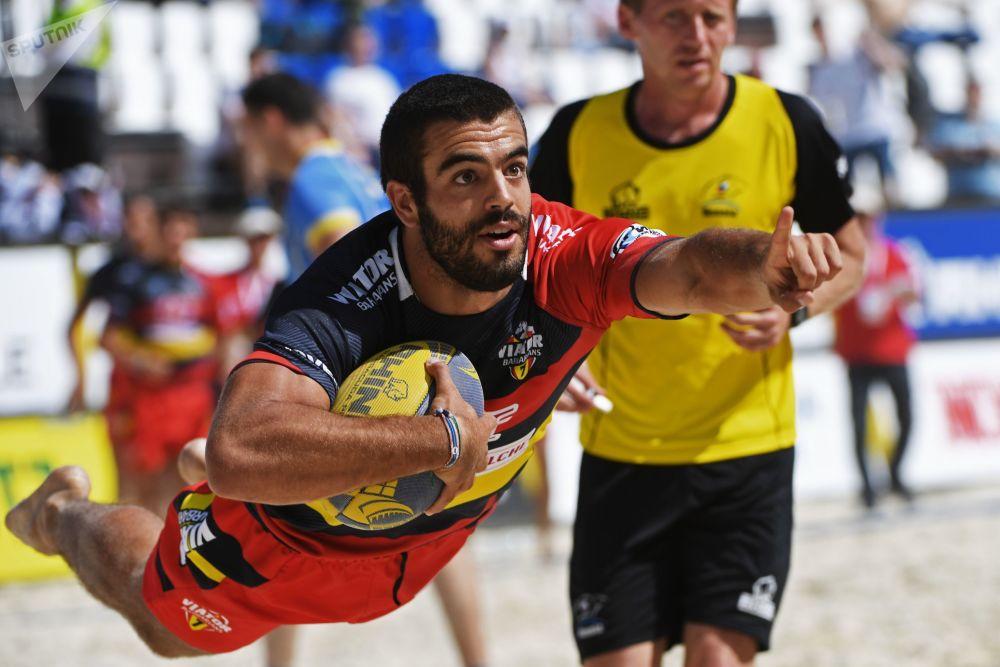 Um atleta da equipe espanhola em um jogo do Campeonato Europeu de Rúgbi de Praia entre as seleções ucraniana e espanhola
