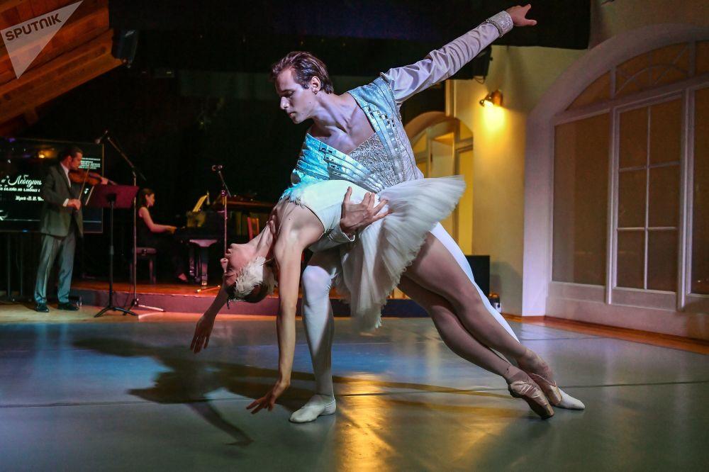 Os solistas do teatro moscovita Stanislavsky e Nemirovich-Danchenko Ekaterina Ivanova e Artem Legkov atuam na abertura da exposição O Lago dos Cisnes em homenagem ao 140º aniversário do celebre ballet russo