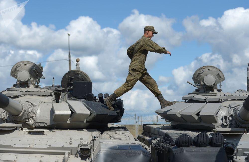 Um militar se prepara para as provas da competição Biatlo de Tanques no âmbito dos Jogos Internacionais do Exército 2017, no parque Patriot, que fica nas cercanias de Moscou