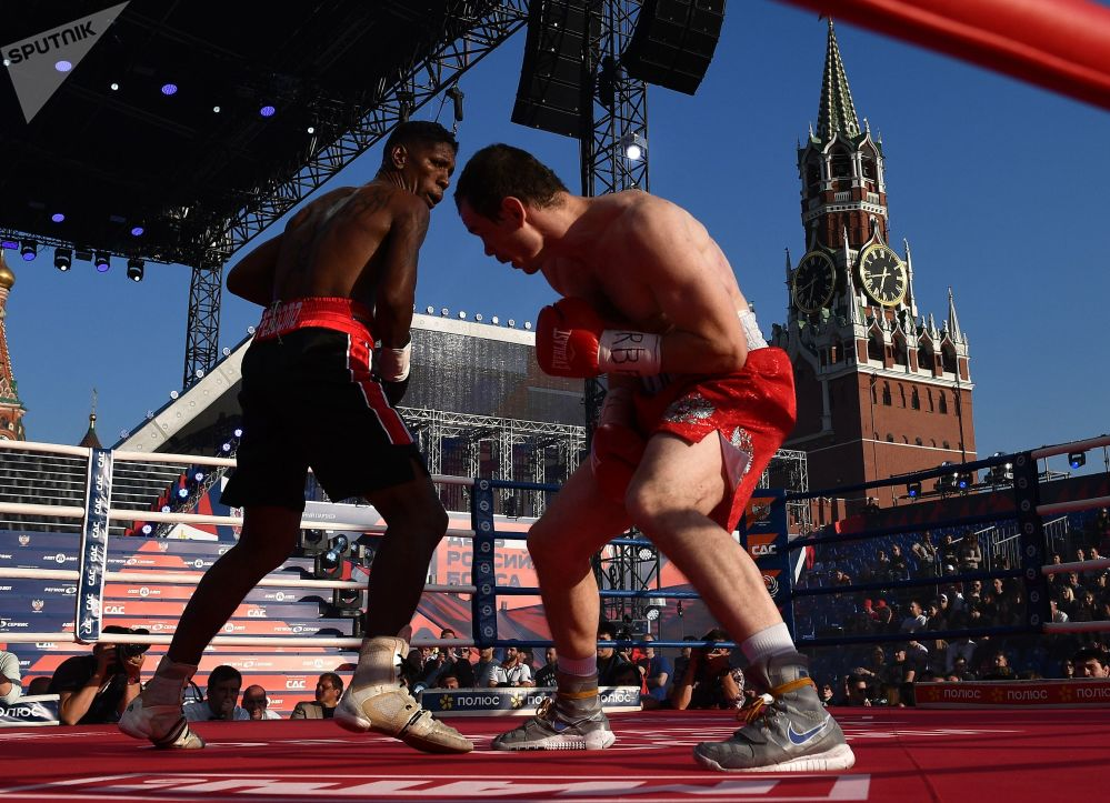 Gusmyr Perdomo, da Venezuela, e Egor Mekhontsev, da Rússia, durante uma partida de boxe na Praça Vermelha