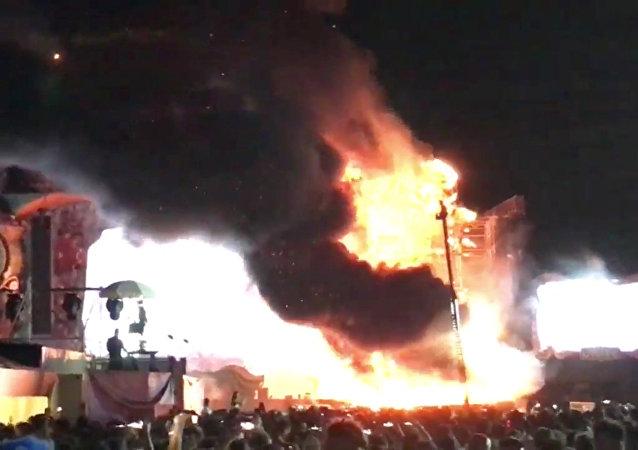 Incêndio toma conta do palco principal do festival Tomorrowland em Barcelona, na Espanha