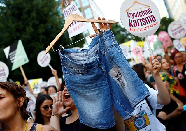 Mulheres e membros da comunidade LGBT protestam em Istambul contra roupa tradicional, 30 de julho de 2017