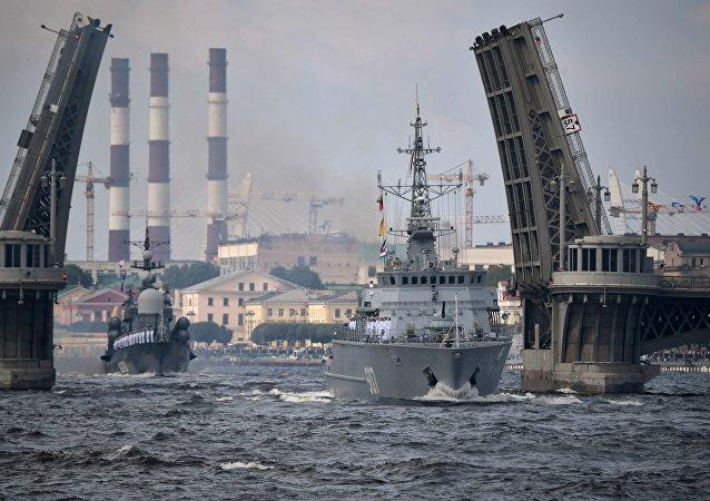 Navios da Marinha da Rússia durante o desfile comemorativo do Dia da Marinha em São Petersburgo, 30 de julho de 2017
