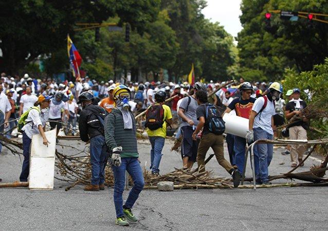 Manifestantes fazem barricada em Caracas
