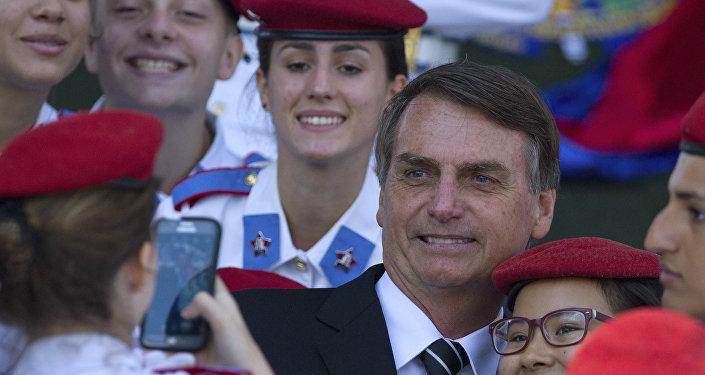 Jair Bolsonaro posa para foto durante comemoração do dia do Exército, em abril de 2017.