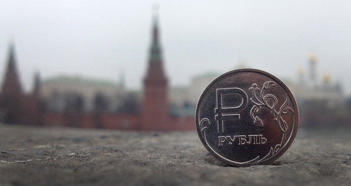 Moeda de rublo em frente ao Kremlin, em Moscou