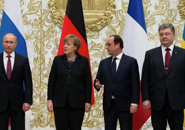Quarteto da Normandia: Vladimir Putin, Angela Merkel, Francois Hollande, e Pyotr Poroshenko em Minsk, 11 de fevereiro de 2015