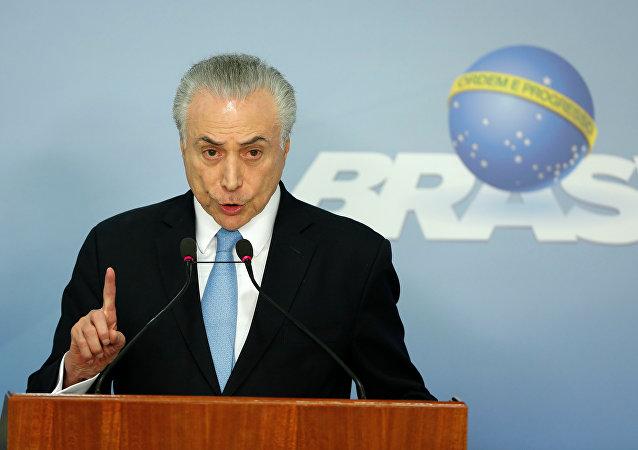 Presidente do Brasil, Michel Temer, discursa em Brasília após arquivamento de denúncia contra ele por corrupção passiva