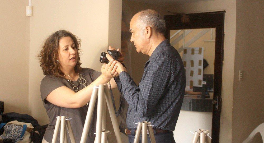 Professora Janaina ensinando técnicas de fotografia para um aluno cego