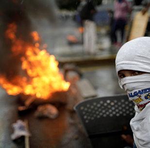 Manifestante constrói barricada durante protesto contra o governo do presidente da Venezuela, Nicolas Maduro, em Caracas, Venezuela, 4 de agosto de 2017.
