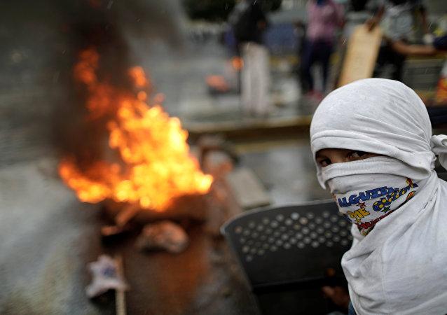Manifestante constrói barricada durante protesto contra o governo do presidente da Venezuela, Nicolas Maduro, em Caracas, Venezuela, 4 de agosto de 2017