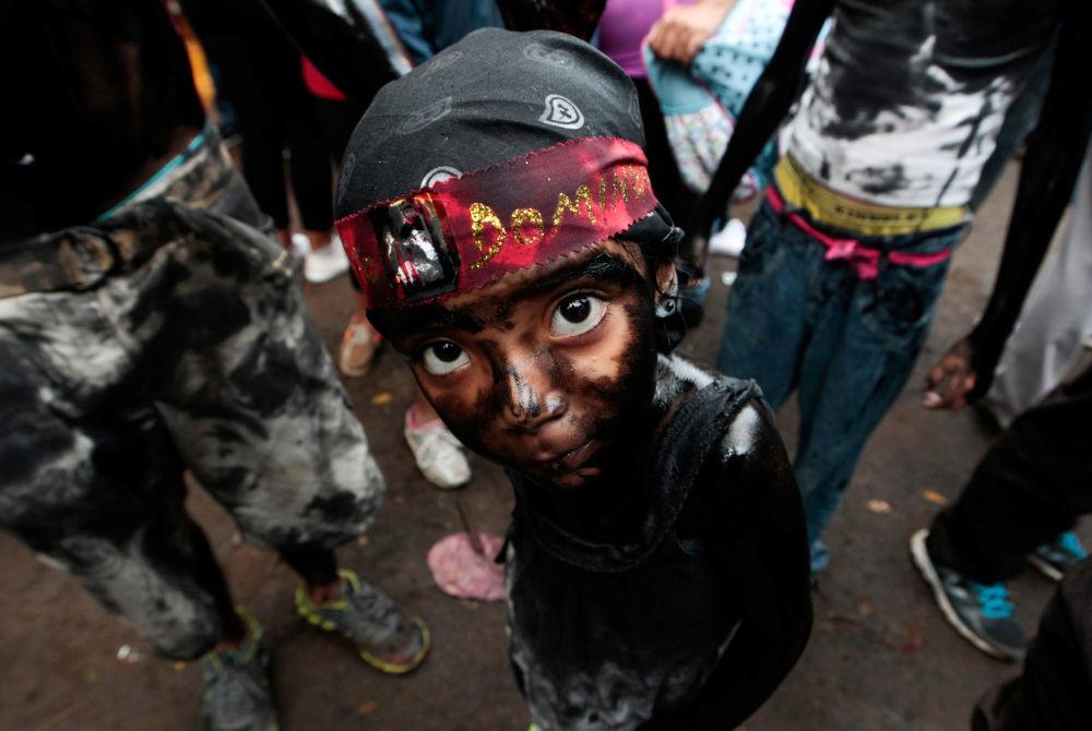 Uma menina coberta de óleo de máquina durante os festejos em homenagem ao patrono local, São Domingos de Gusmão, na Nicarágua