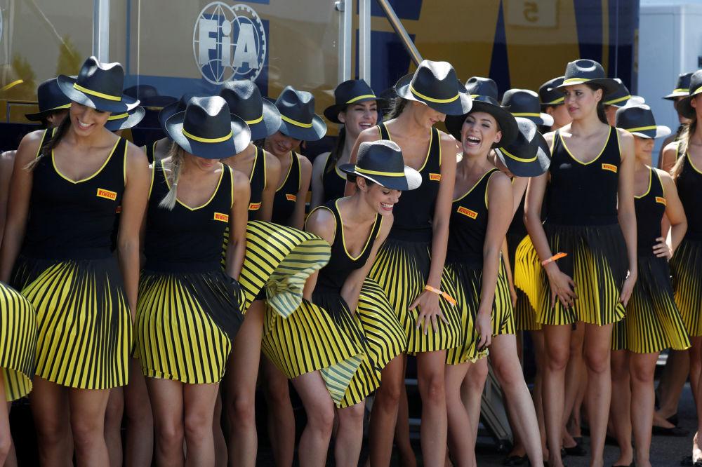 Moças antes de uma corrida do Grand Prix de Budapeste no âmbito da competição de Fórmula 1